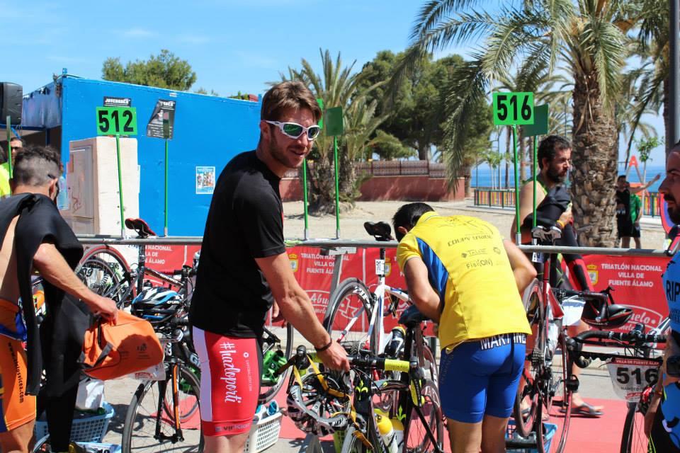 Baldoví preparando su bici en la playa del Rihuete en Mazarrón